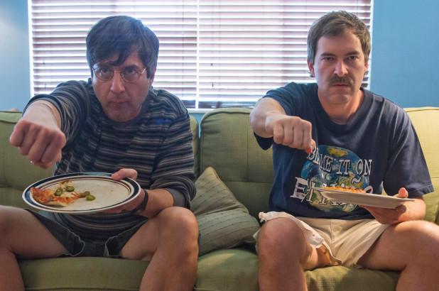 Huvudrollerna i filmen Paddleton sitter på en soffa.