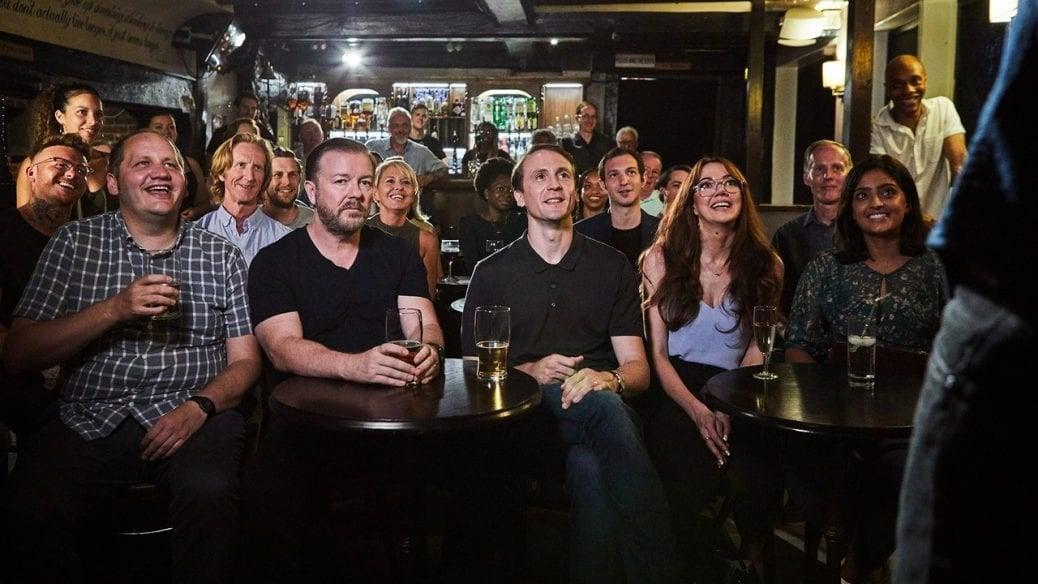 """Ricky Gervais vantrivs under en utekväll i """"After Life""""."""