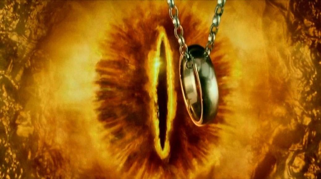 Ringen hålls upp framför Saurons öga. Sagan om ringen serien.