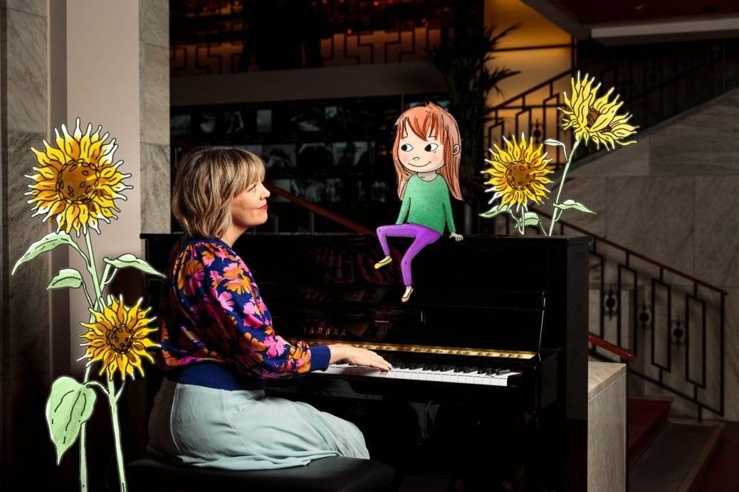 Marit Bergman vid ett piano.
