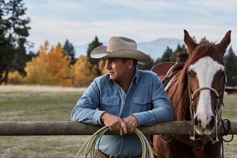 """Kevin Costner med sin häst i """"Yellowstone""""."""