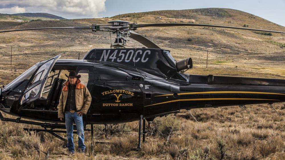 "Kevin Costner vid en helikopter i ""Yellowstone""."