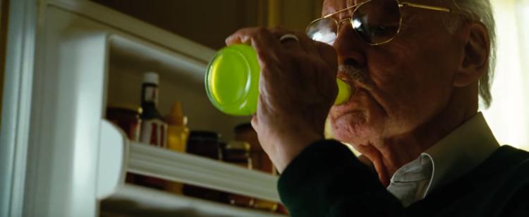 Stan Lee dricker en läsk med Bruce Banners blod. Ser rätt gott ut.