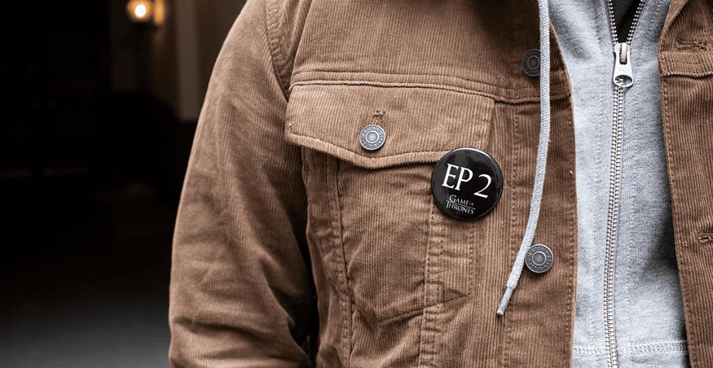 En jacka med en pin där det står vilket avsnitt man är på i Game of Thrones säsong 8.