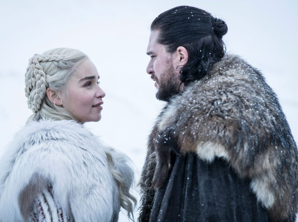 På bilden ser vi John. Snow och Daenerys Targaryen