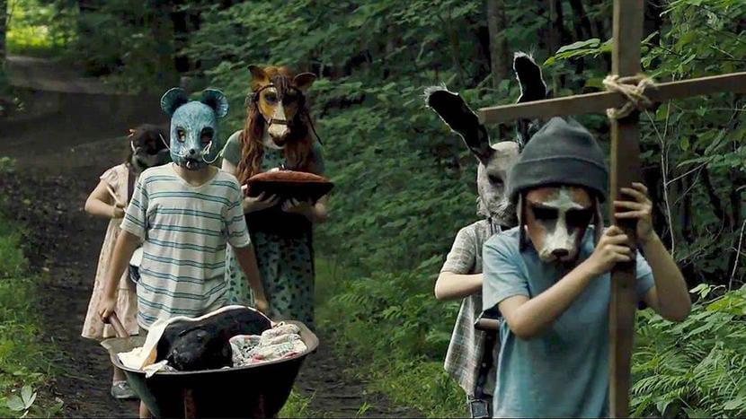 Barn med masker från pet semetary