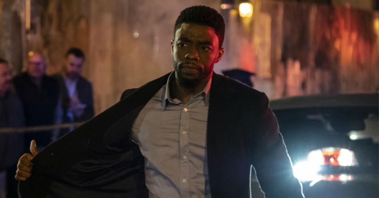 Chadwick Boseman som spelar polis