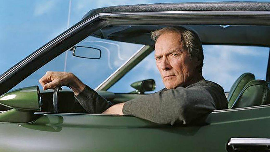 Clint Eastwood sitter I sin älskade bil