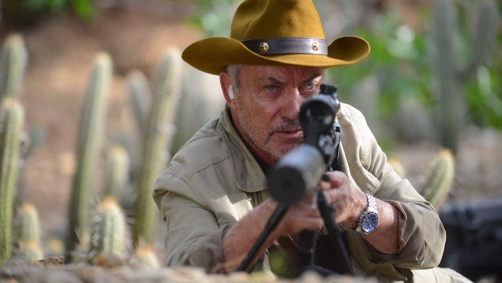 Udo Kier bakom ett gevär i Bacurau.