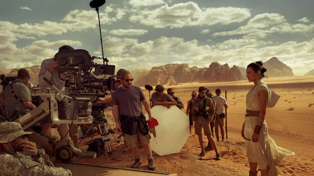 Daisy Ridley regisseras på set.
