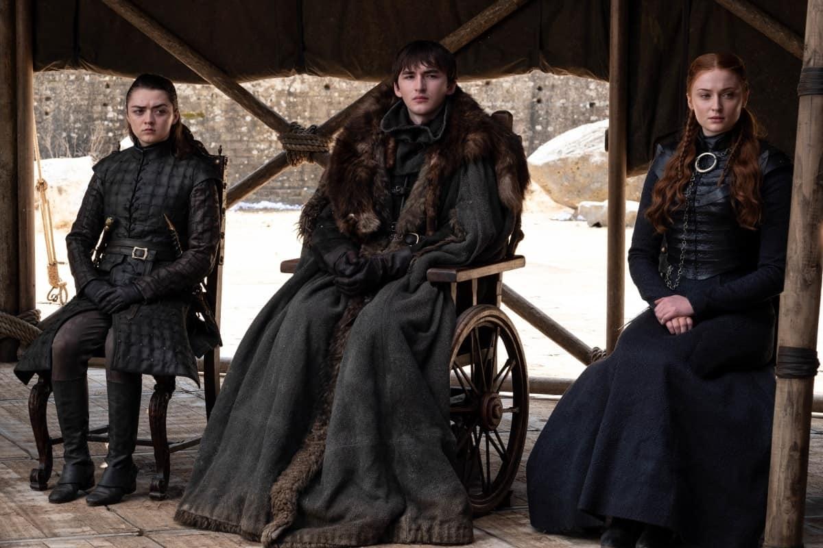 Arya, Bran och Sansa Stark samlade i ett råd.