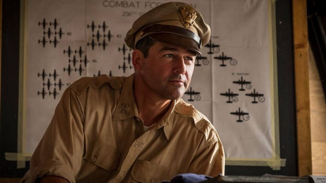 """Kyle Chandler som Colonel Cathcart i """"Catch-22""""."""