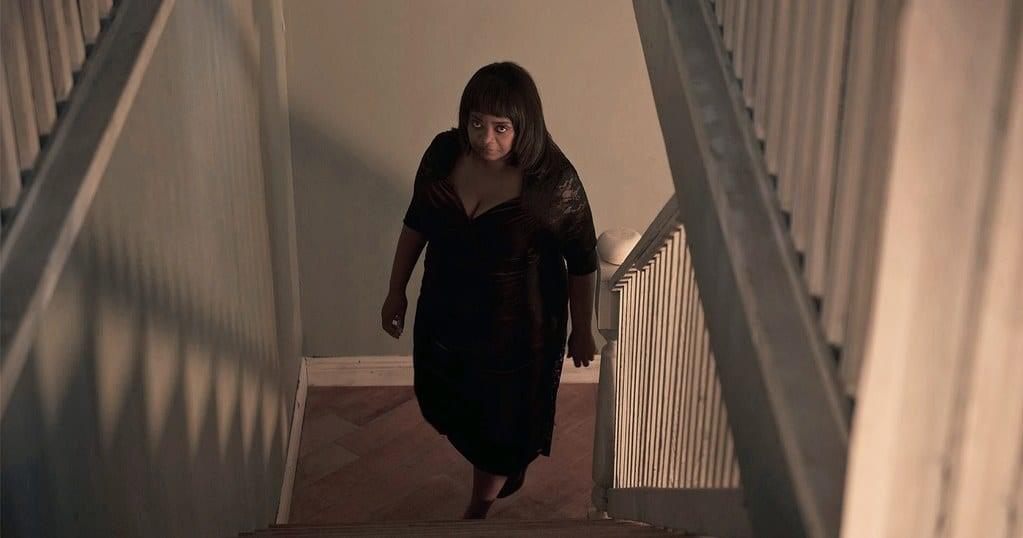 Octavia Spencers karaktär Ma går ondskefullt uppför en trappa.