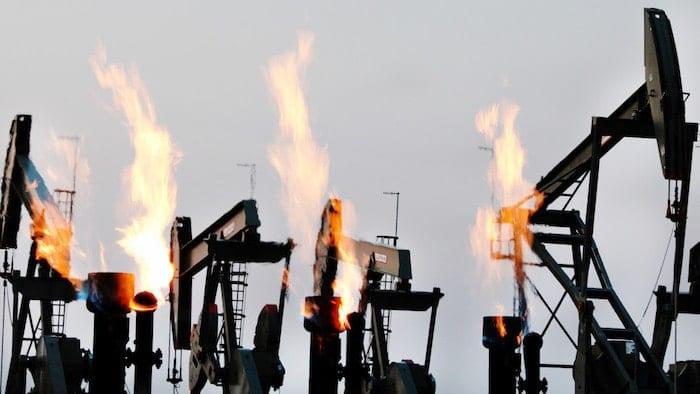 "Bild på brinnande maskiner i filmen ""Ice on Fire""."