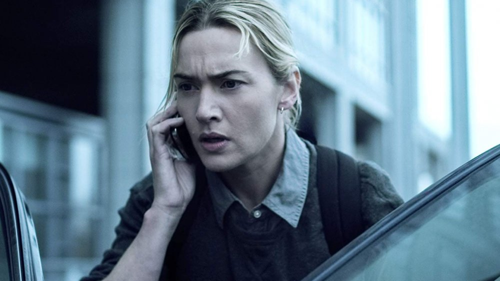 Dr. Mears (Kate Winslet) bidrar med mycket spänning, men just nu klarar vi oss utan sådan spänning. Foto: Warner Bros. Pictures.