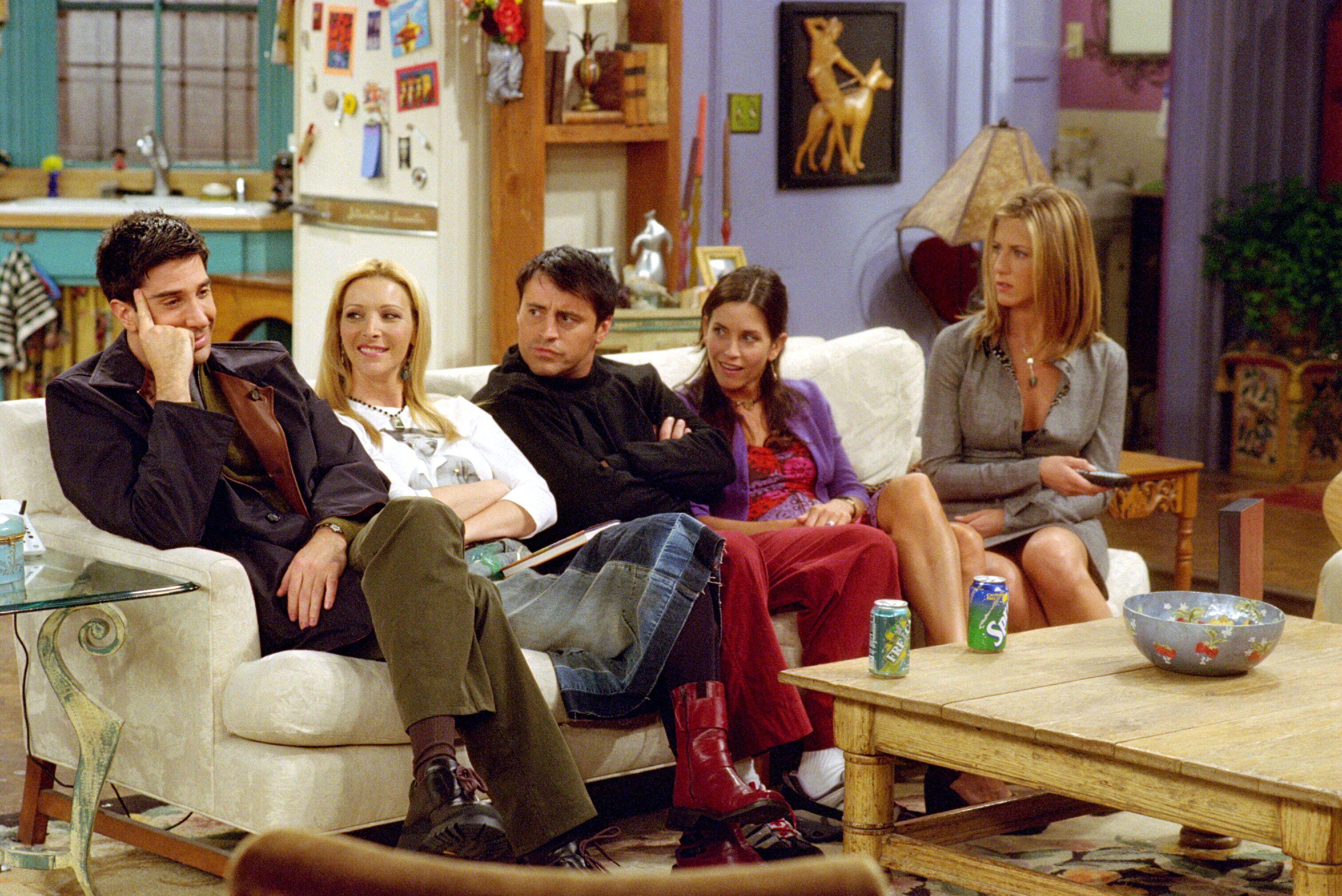 Ross ser väldigt nöjd ut. Kan det vara för att han sitter bredvid Regina Phalange och Ken Adams? Foto: Netflix.