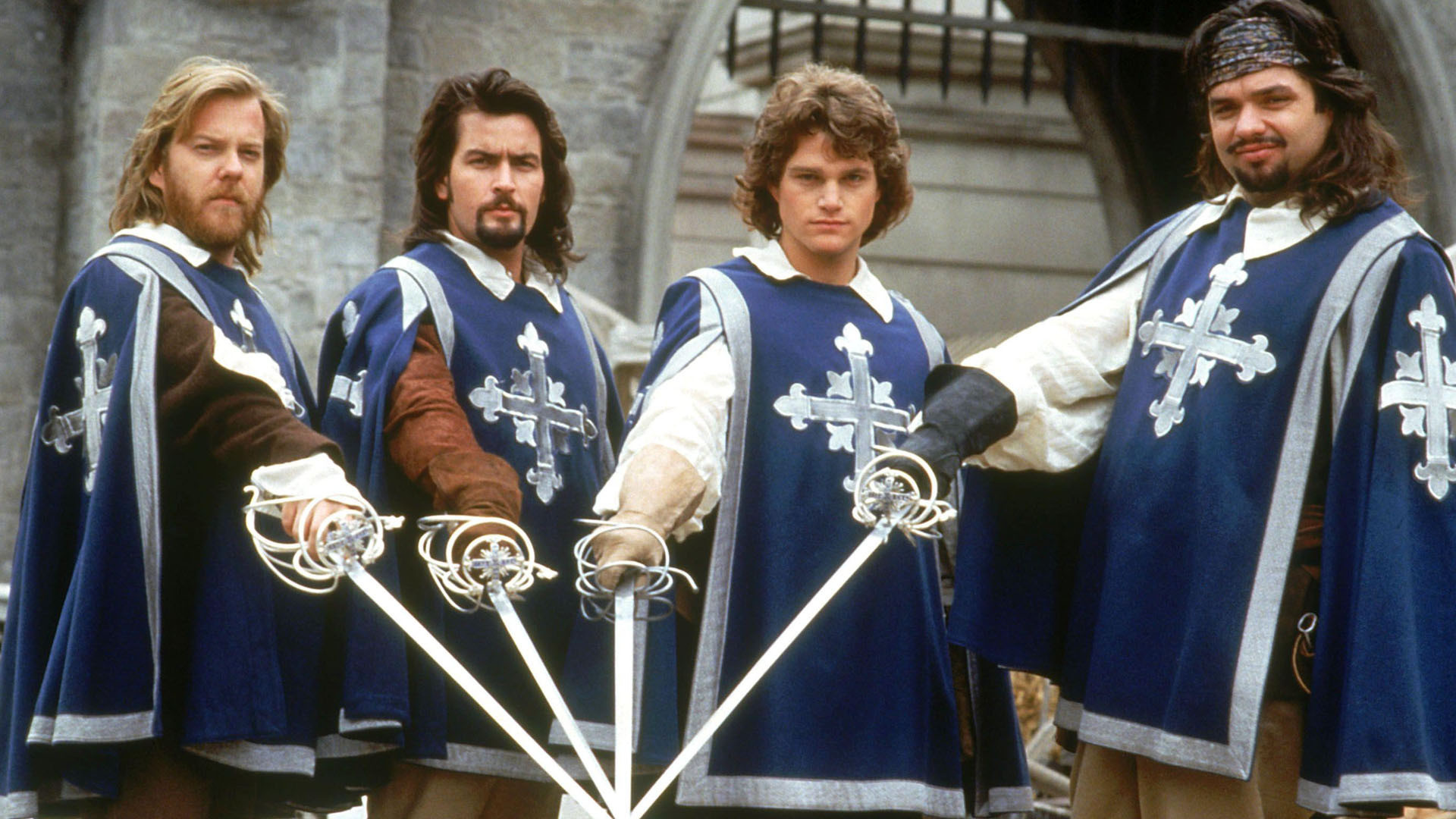 De tre musketörerna (och D'Artagnan) drar sina värjor för att rädda sin kung. Foto: Buena Vista Pictures.
