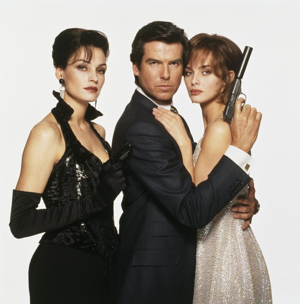 Pierce Brosnan som James Bond med Famke Jansen som Xenia Onatopp och Izabella Scorupco som Natalya Simonova. Foto: United International Pictures.