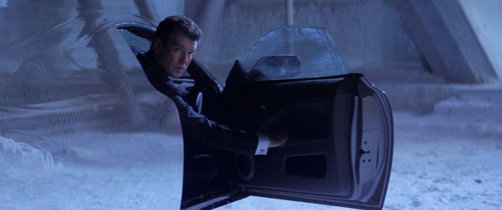 Jepp, här tittar James Bond ut från en osynlig bil. Det är precis lika löjligt som det låter. Foto: United International Pictures.