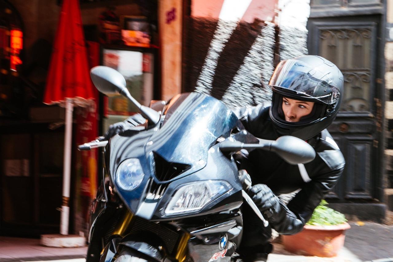Ilsa Faust kan VERKLIGEN köra MC. Foto: Paramount Pictures.