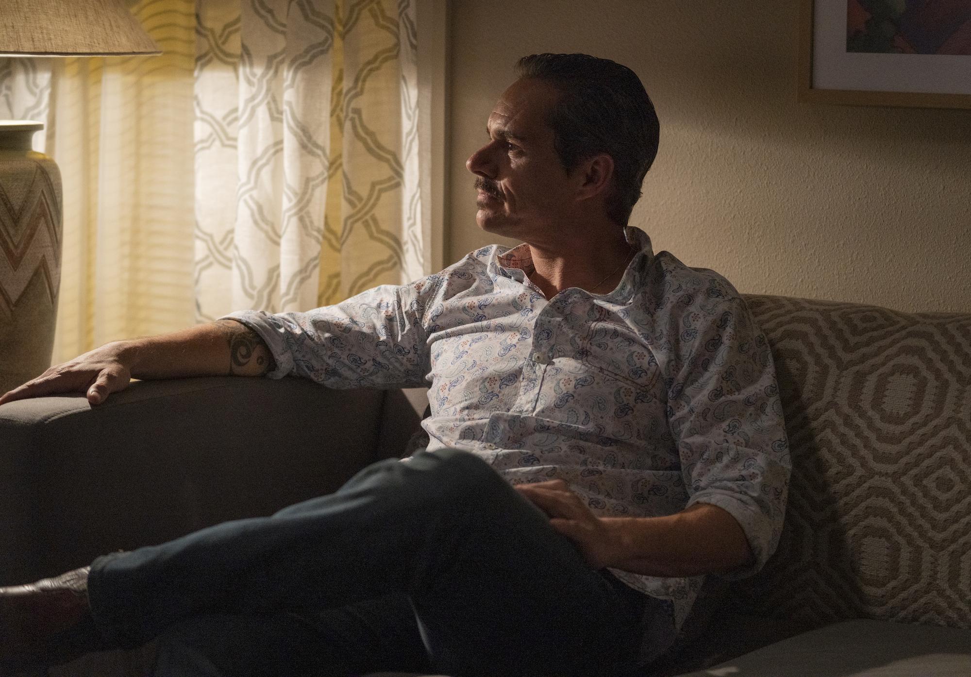 Lalo ser ut som att han bara sitter och chillar lite. Men han har aldrig varit med farlig. Foto: Netflix.