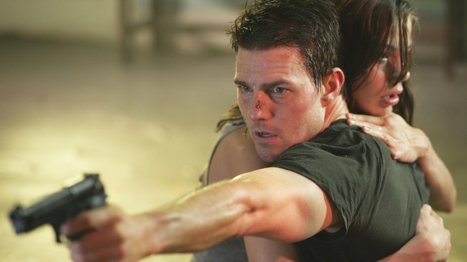 Vapnet i ena handen och sin älskling i den andra. Här sammanfattas den inte konflikt som Ethan Hunt kämpar med rätt bra. Foto: Paramount Pictures.