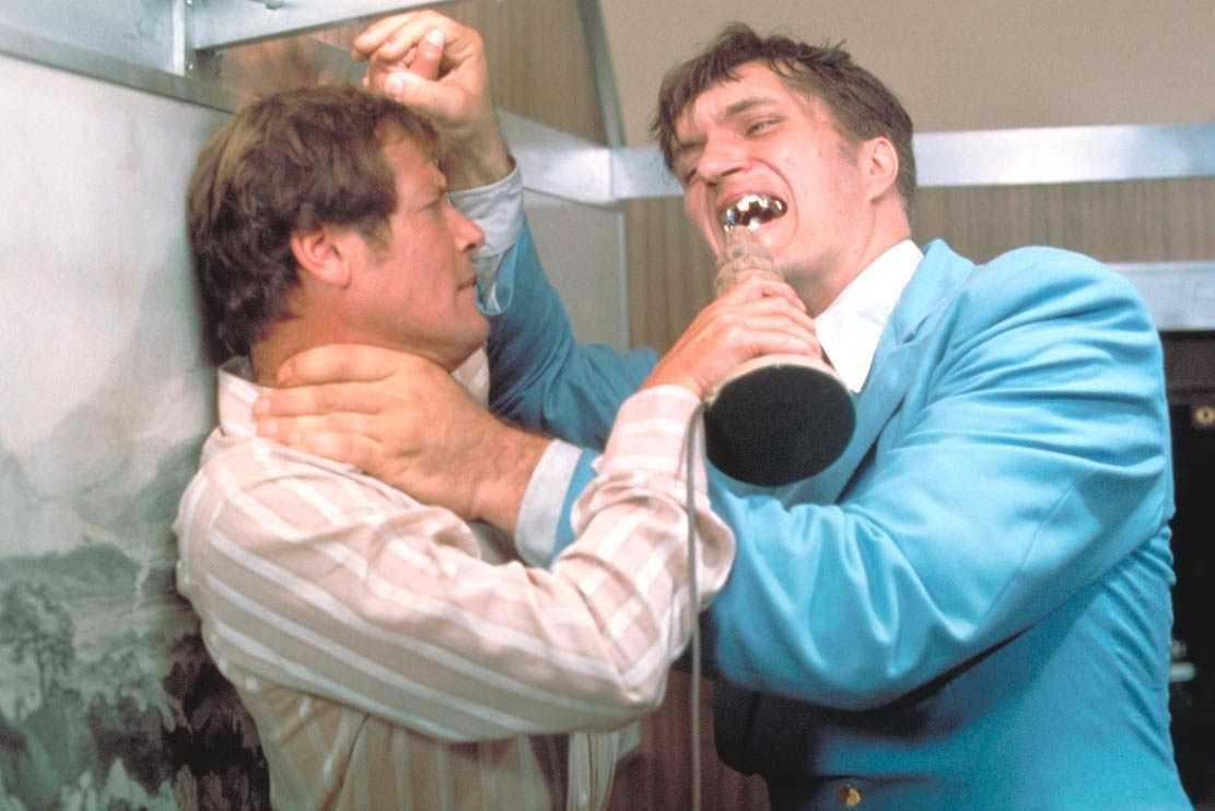 Roger Moore som James Bond och Richard Kiel som Jaws. Foto: United International Pictures.