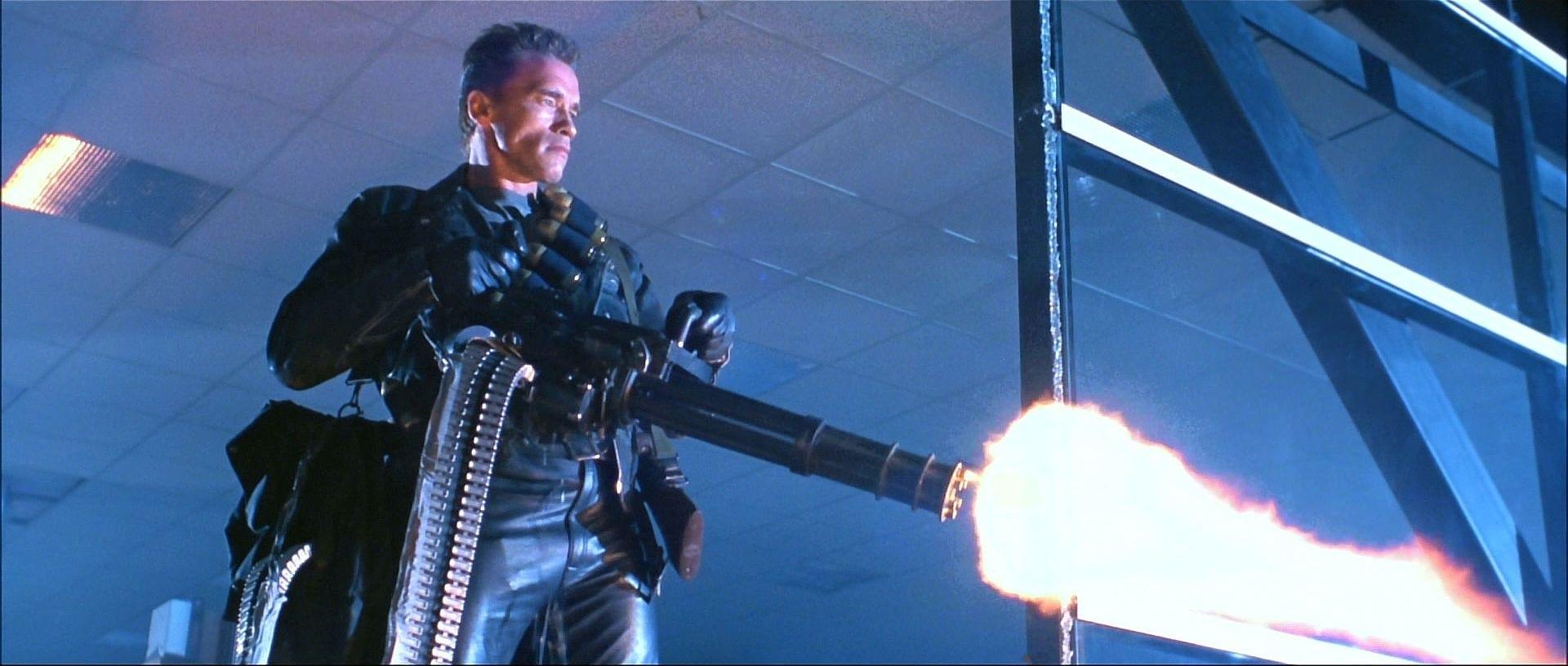 Jepp, det där är Arnie med en helikopterkulspruta. Foto: TriStar Pictures.