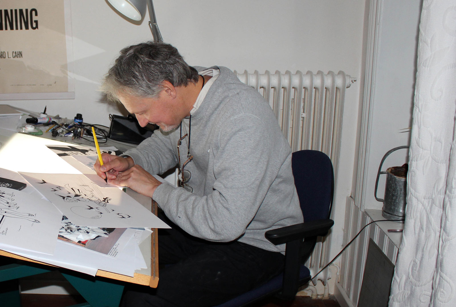 Johan Andreasson tecknar.