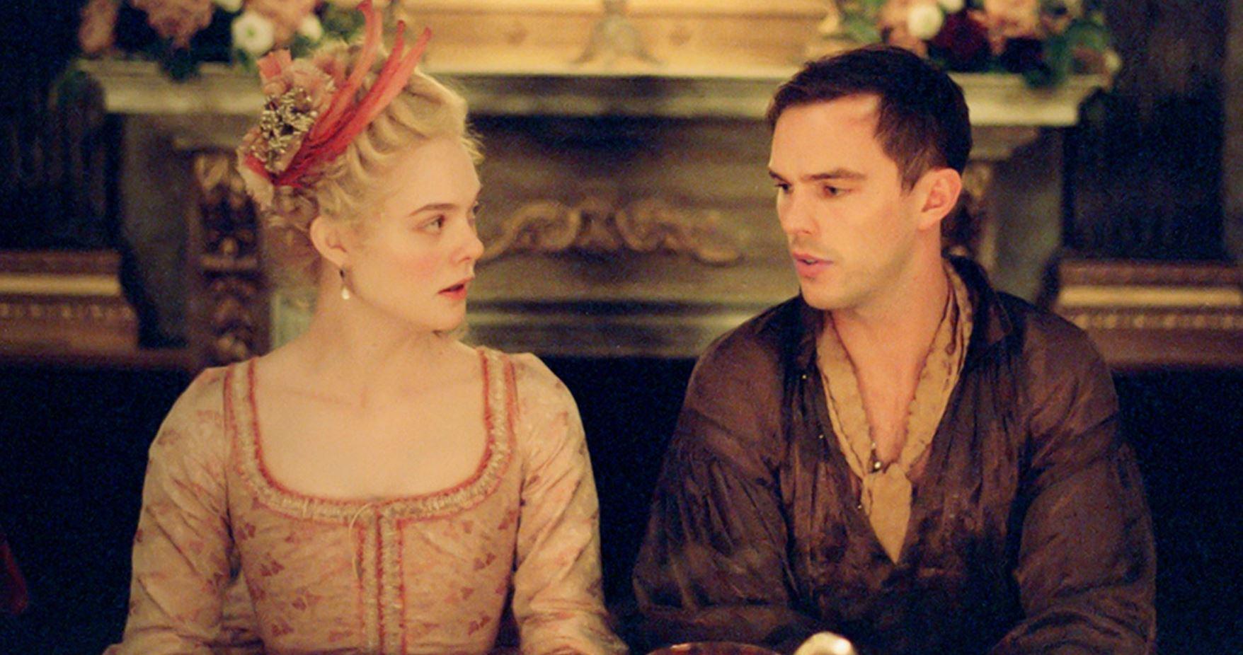 """Elle Fanning och Nicolas Hoult i """"The Great""""."""