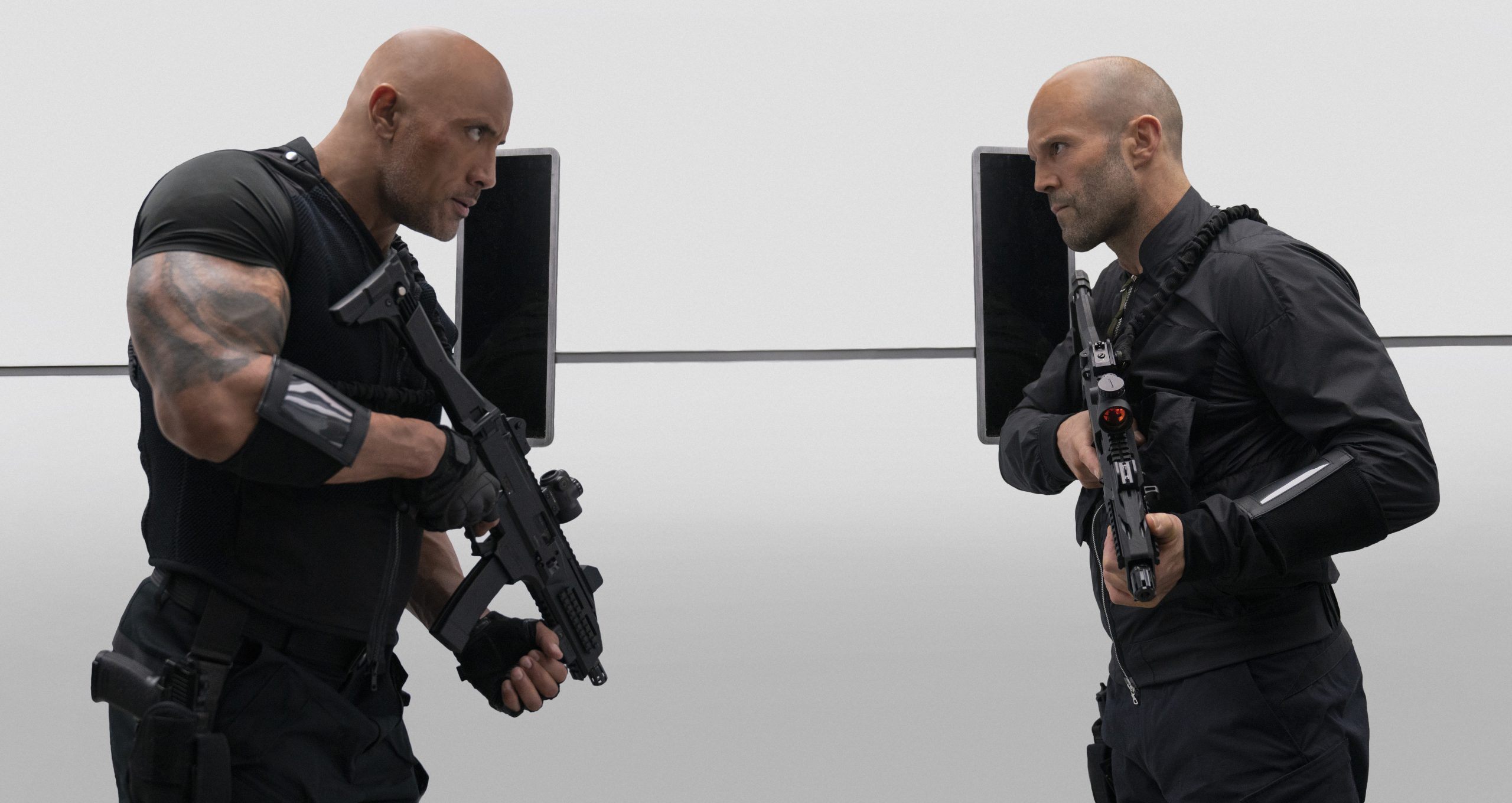 Dwayne Johnson och Jason Statham i Hobbs & Shaw. Foto: Universal Pictures.
