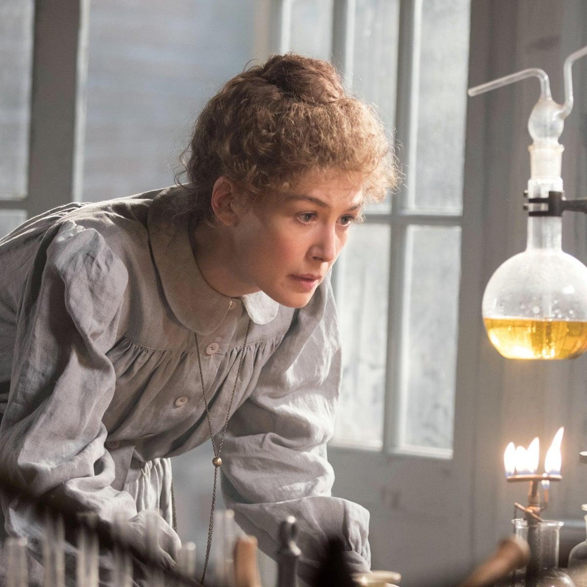 Rosamund Pike som Marie Curie.