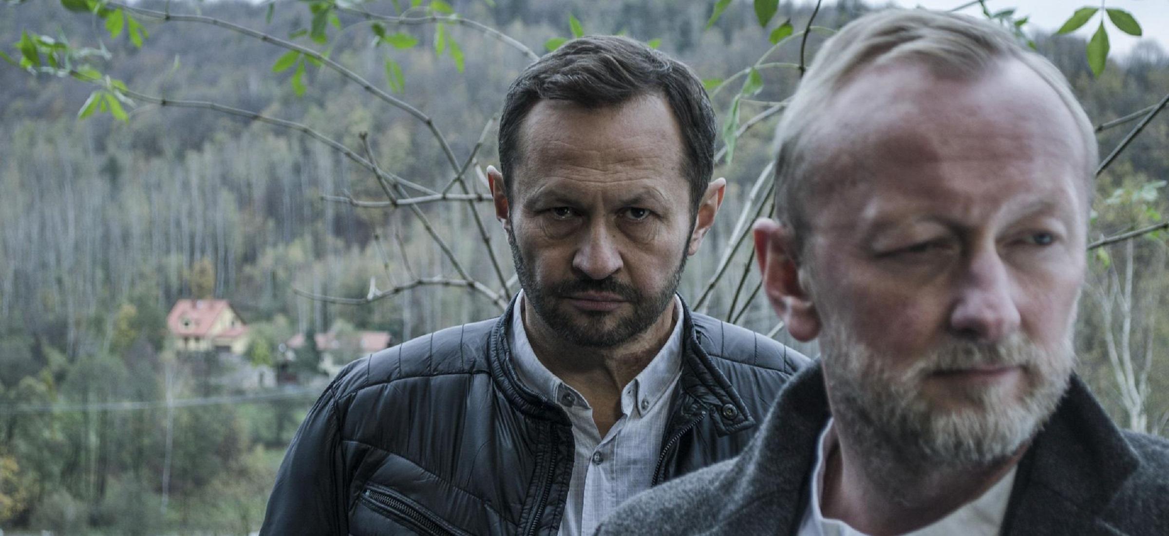Den vresige polismästaren och den mystiske sektledaren. De kommer inte direkt överens. Foto: Netflix.