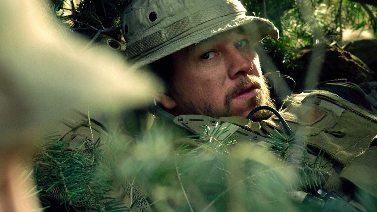 Marky Mark i Lone Survivor, ett av många samarbeten med Peter Berg, en regissör som verkligen belyser Wahlbergs brister som skådespelare. Foto: Walt Disney Studios Motion Pictures.