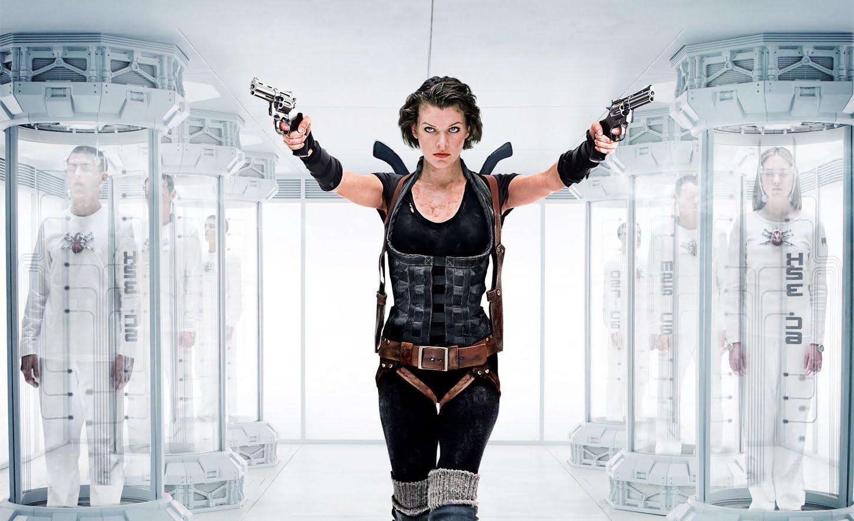 """Milla Jovovich håller pickadoller i """"Resident Evil: Afterlife"""". Jag har ingen aning om vad som händer i den här scenen. Jag misstänker att hon skjuter många människor. Foto: Screen Gems."""