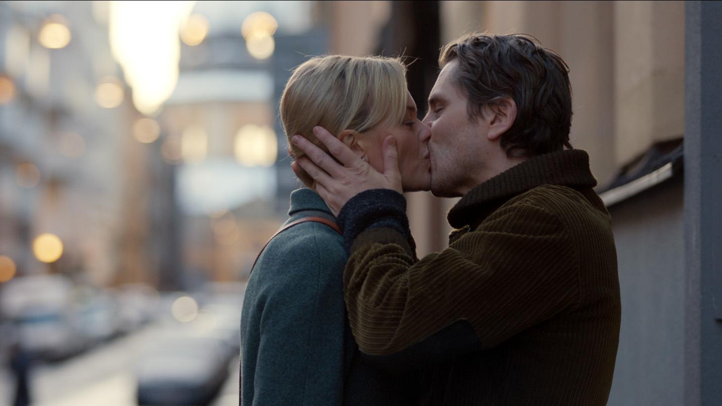 """Josephine Bornebusch och Sverrir Gudnason i """"Älska mig"""" säsong 2."""