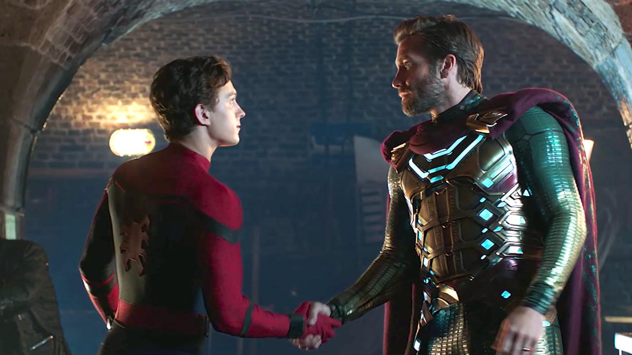 Peter Parker och Mysterio tar i hand