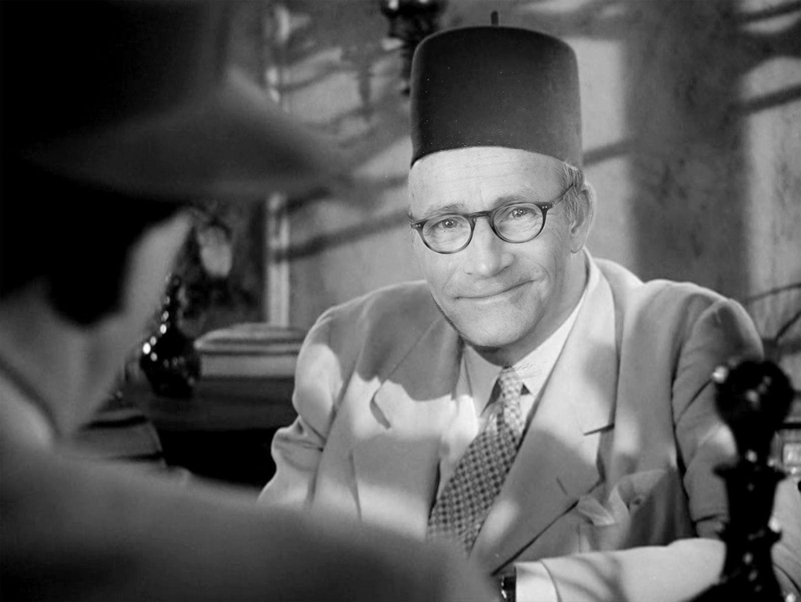 """""""Stockholms Bogart"""" kanske inte riktigt kan bära upp en vit smokingjacka som Rick, men han kan definitivt bära upp en fez lika bra som Sidney Greenstreet!"""