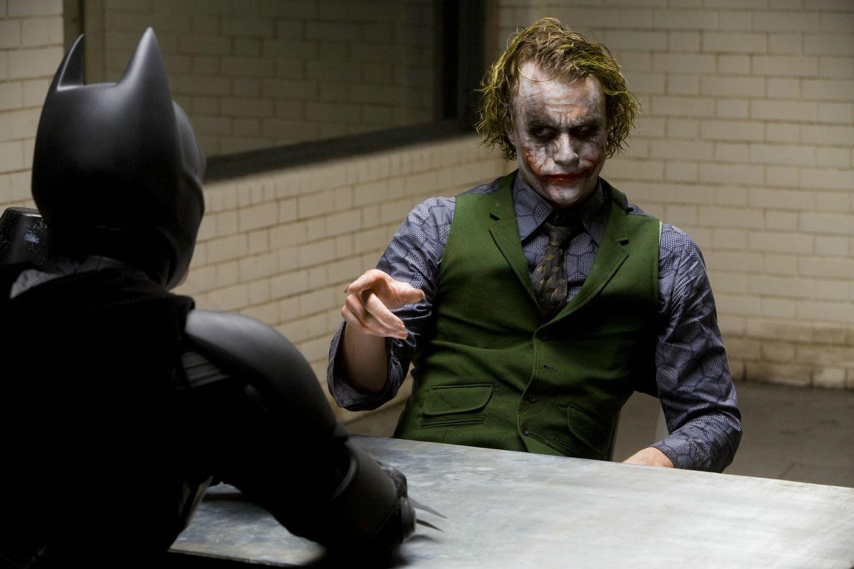 De som avskyr superhjältefilmer borde ge The Dark Knight ett försök. Den här scenen kan, med lätthet, jämföras med den legendariska kaféscenen i Heat. Foto: Warner Bros. Pictures.