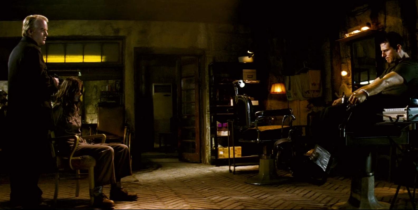 Mission: Impossible III inleds med att vår hjälte är fastbunden och skurken riktar ett vapen mot hans älskades huvud. Det är SÅ spänning skapas. Foto: Paramount pictures.