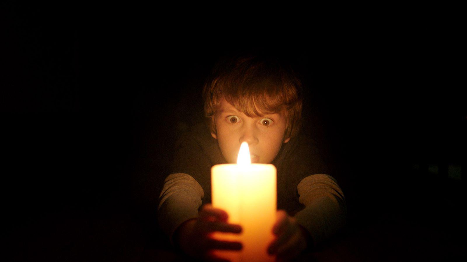 Rädd pojke i skräckfilmen Lights Out