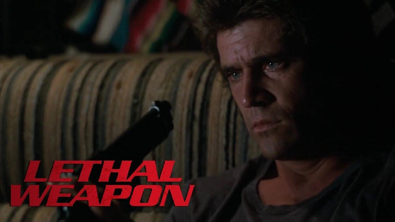 Riggs (Mel Gibson) överväger självmord. Foto: Warner Bros. Pictures.