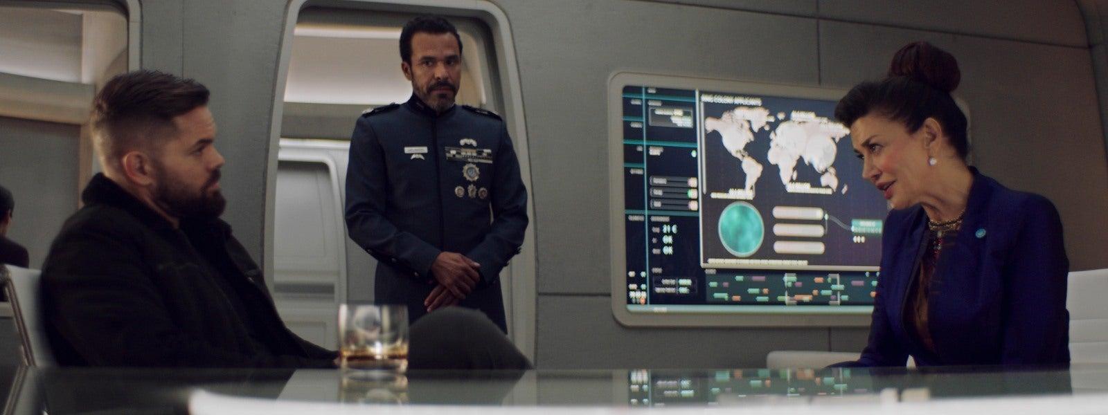 I det här mötet vill Avarasala (Shoreh Aghdashloo) att Amos (Wes Chatham) ska lova at inte döda någon när han besöker Jorden. Det gör han inte. Foto: Amazon Prime.