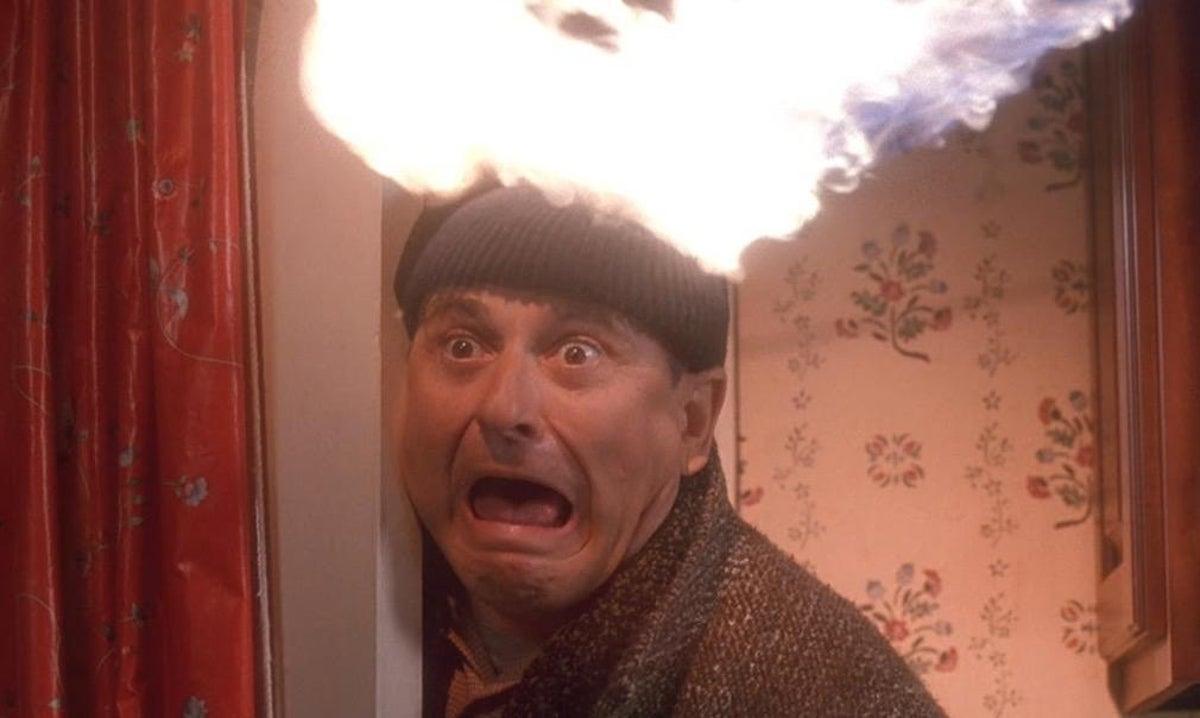 Harry (Joe Pesci) får det hett om... ovanför öronen. Foto: 20th Century Fox & Walt Disney Studios Motion Pictures.