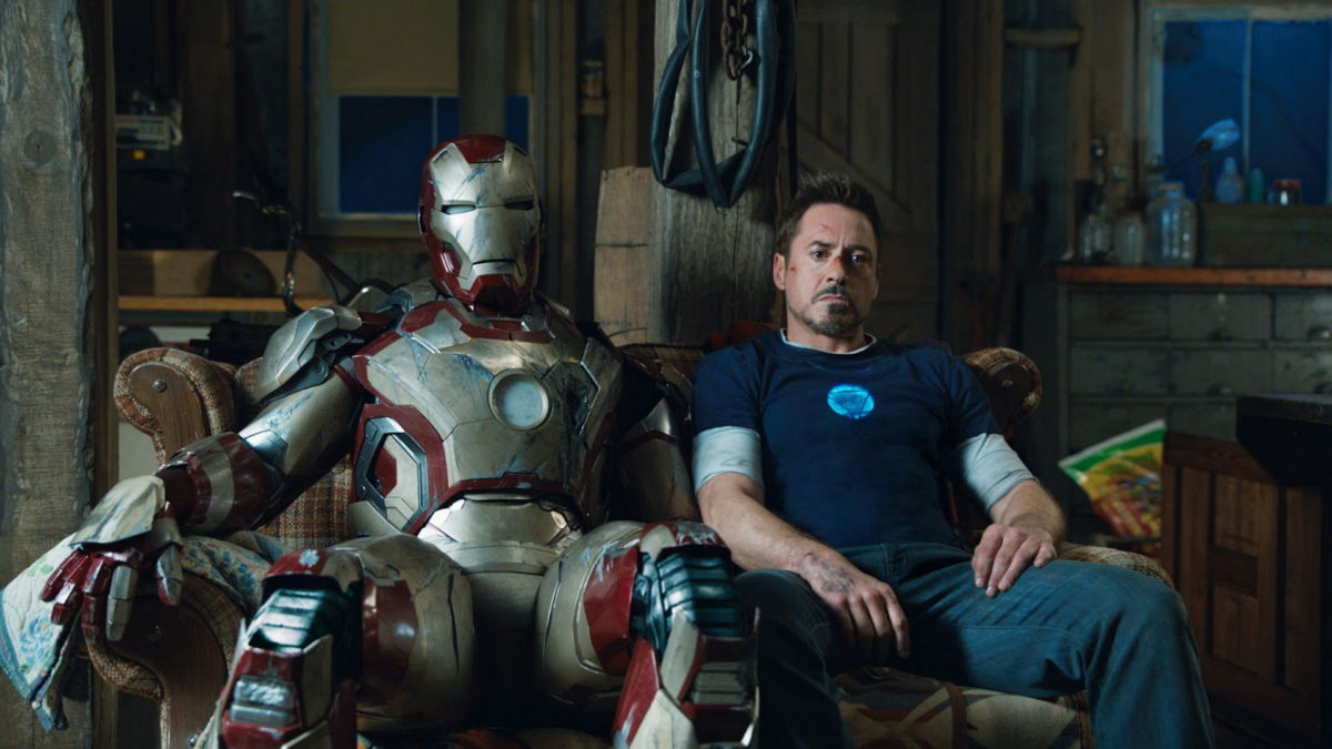 Den här bilden är talande för hur Tony känner sig i Iron Man 3; trött och fullkomligt ur gängorna. Foto: Walt Disney Studios Motion Pictures.