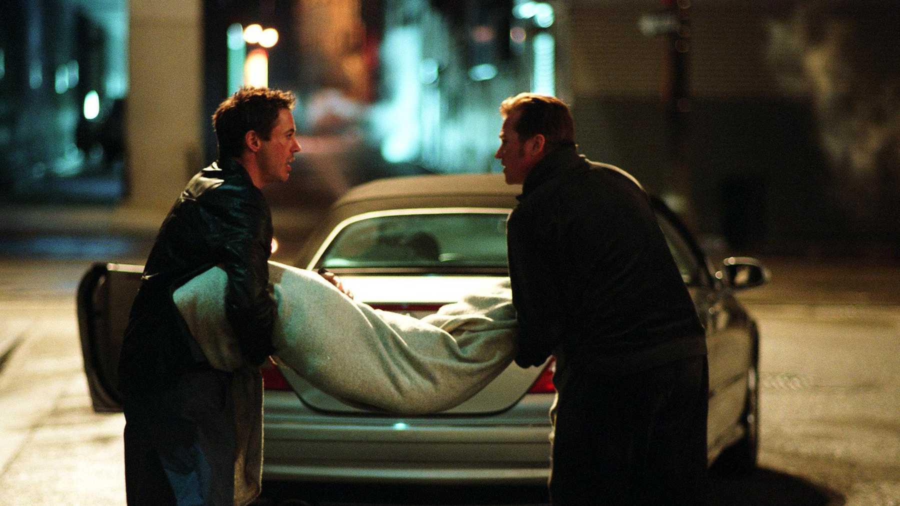 Harry (Robert Downey jr.) och Gay Perry (Val Kilmer) får händerna fulla iKiss Kiss Bang Bang. Foto: Warner Bros. Pictures.