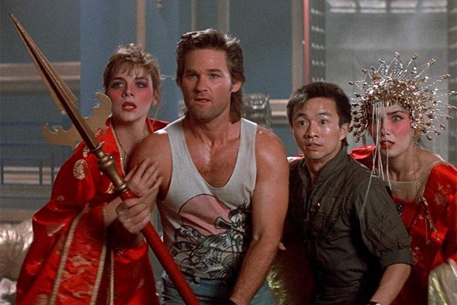 Jack Burton (Kurt Russel i mitten) är rätt kass på att slåss. Men han insisterar alltid på att ställa sig framför de andra när det är på väg att skita sig. Och vi älskar honom för det. Foto: 20th Century Fox.