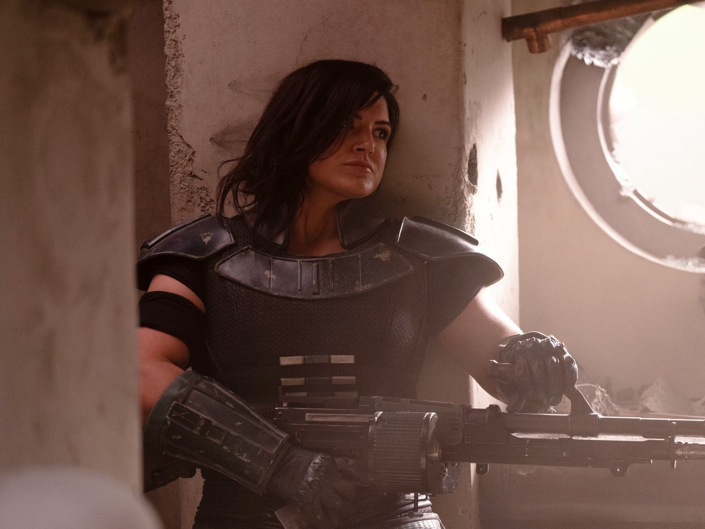 Cara Dune (Gina Carano) slår stenhårt, men ibland förlitar hon sig på sin stora bössa! Foto: Disney+.