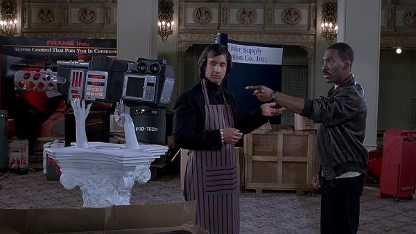"""""""Så jag kan skjuta, ringa och mikra piroger med den?"""" Axel Foley (Eddie Murphy) kollar in puffran i Snuten i Hollywood III. Foto: Paramount Pictures."""
