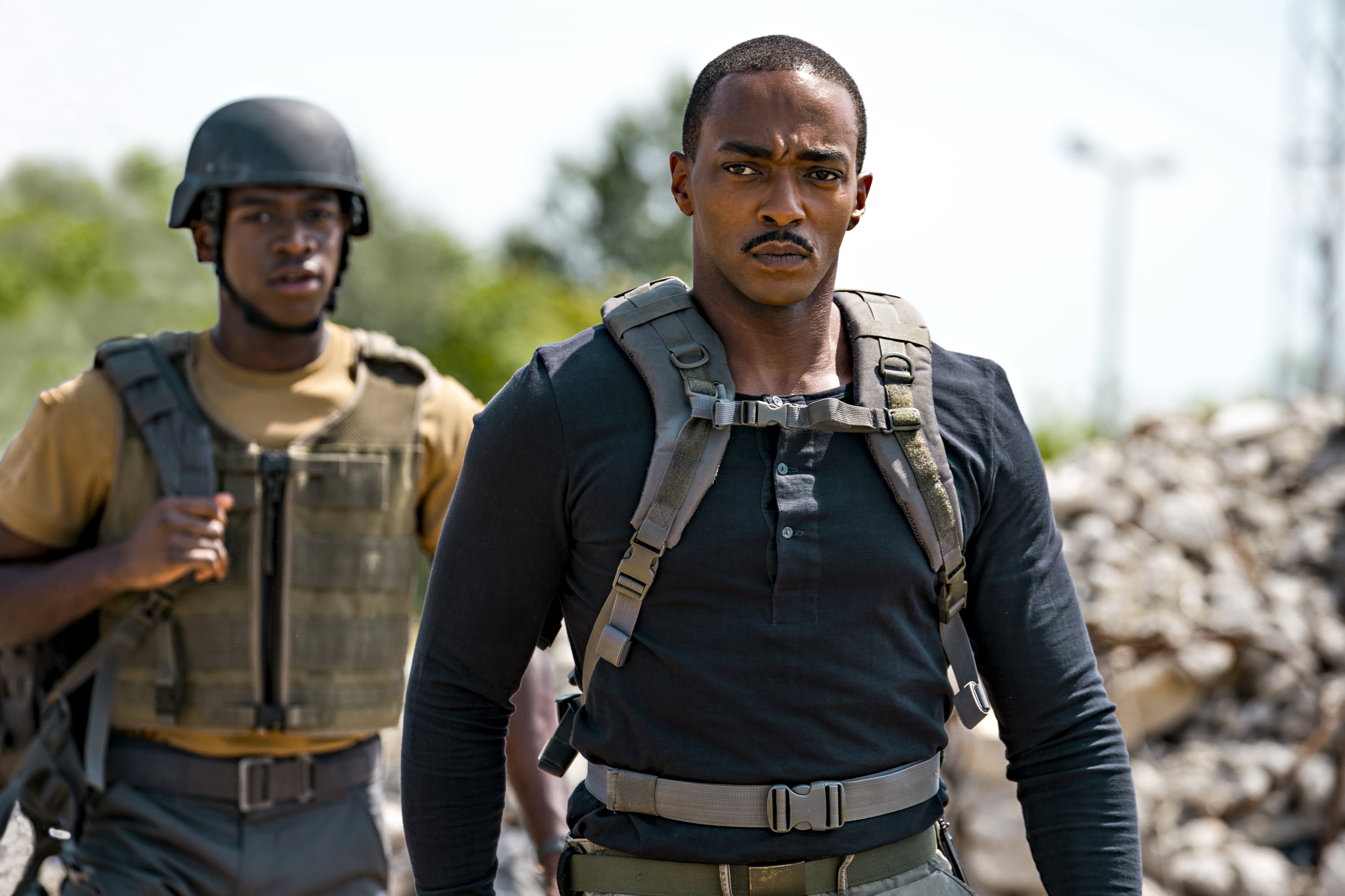 """Anthony Mackie och i """"Outside the Wire""""."""